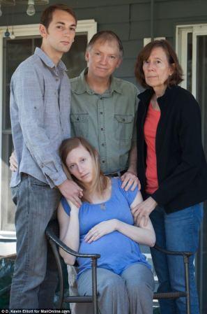 Jennifer Trappuzano, enceinte de huit mois, entourée de ses proches, quelques jours après la mort de son mari.
